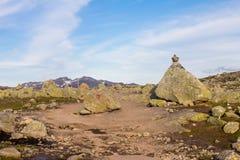 到Trolltunga的夏天旅行,拖钓` s舌头,在Odda Ringedalsvatnet湖,挪威 免版税图库摄影