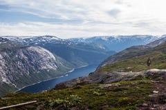 到Trolltunga的夏天旅行,拖钓` s舌头,在Odda Ringedalsvatnet湖,挪威 免版税库存图片