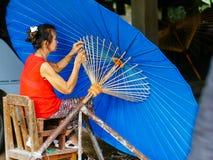 制作泰国传统Borsang伞的夫人在清迈 免版税库存图片