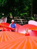 制作泰国传统Borsang伞的夫人在清迈 免版税库存照片
