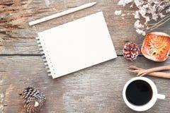 制作笔记本,铅笔,咖啡在古色古香的木桌, F上的 图库摄影