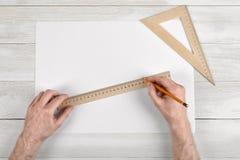 制图员特写镜头递拿着厘米统治者和铅笔 测量的过程 免版税库存图片