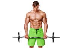 制定出做的肌肉人行使与杠铃在二头肌,强的男性赤裸躯干吸收,被隔绝在白色背景 免版税库存图片