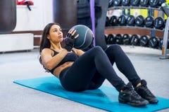 制定出做仰卧起坐吸收的健身妇女胃肠 图库摄影