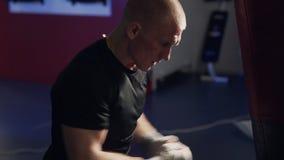 制定出在一个吊袋的拳击手人打击在慢动作,侧视图 股票视频