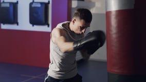 制定出在一个吊袋的拳击手人打击在慢动作,侧视图 股票录像