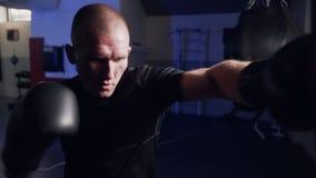 制定出在一个吊袋的拳击手打击在慢动作,震动从击中的照相机 股票录像