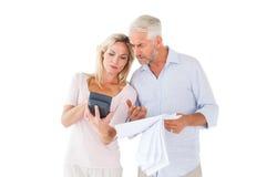 制定出他们的票据的急切夫妇 免版税库存照片