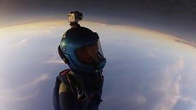 制服的专业跳伞运动员释放落在天空 打开降伞 日落 股票录像