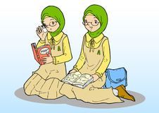 制服的两个亚裔回教女孩 免版税图库摄影