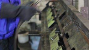 制服的人有焊接器和火炬焊接金属建筑的 股票录像