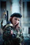 制服的女孩战士 黑贝雷帽的女孩 在女孩的伪装T恤杉 免版税库存图片