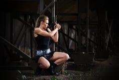 制服的妇女有枪的(黑暗的版本) 库存照片