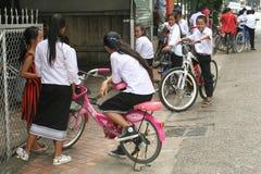 制服的学童在万象老挝 免版税库存图片