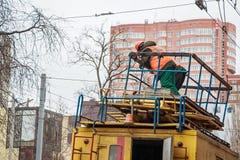 制服的工作者在顶面电子服务卡车 免版税库存照片
