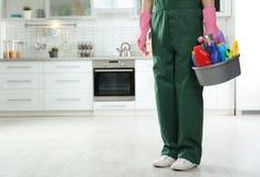 制服的工作者有洗涤剂水池的在厨房里 r 库存照片