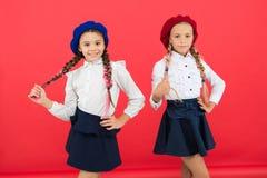 制服的愉快的孩子 法国贝雷帽的女孩 海外教育 r 友谊和妇女团体 ?? 库存照片