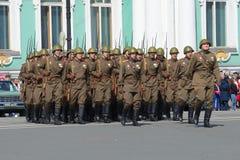 制服的战士在游行排练的巨大爱国战争期间以纪念胜利天 宫殿正方形,圣彼德堡 免版税库存照片
