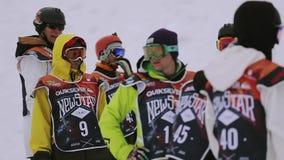 制服的挡雪板准备比赛滑雪胜地 山 有效的体育运动 股票视频