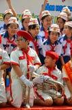 制服的未认出的孩子在年底党期间在一所kidergarten学校在西贡 图库摄影