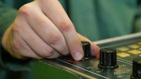 制服的特写镜头工作者用手转动黑塑料水平 股票录像