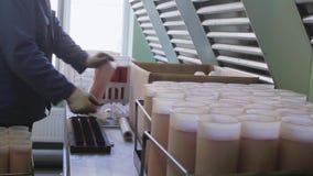 制服的男性操作员在实验室展开橙色塑料滤水器 影视素材