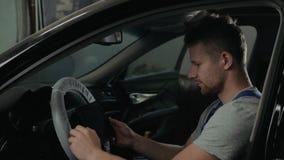 制服的英俊的技工在自动服务工作 汽车修理和维护 进行引擎诊断与 影视素材