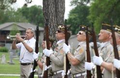 制服的仪仗队退伍军人有轻拍号兵的 免版税库存照片