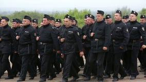 制服走的保加利亚士兵 股票视频