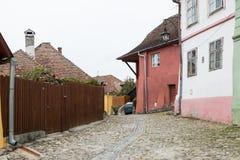 制毛皮者街道在老城Sighisoara在罗马尼亚 图库摄影
