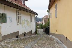 制毛皮者街道在老城Sighisoara在罗马尼亚 免版税库存照片