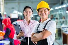 制片人和设计师在亚洲工厂 免版税图库摄影