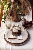 制表一个婚礼的设置与葡萄酒器物 免版税库存照片