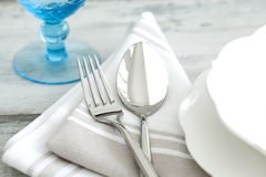制表与叉子、匙子和玻璃的设置 免版税库存图片