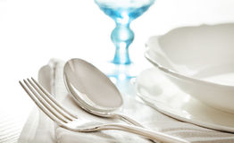 制表与叉子、匙子和玻璃的设置 免版税图库摄影