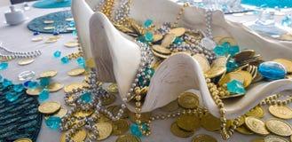 制表与巨型蛤蜊壳的deocoration和假硬币和衣领海盗珍宝  图库摄影