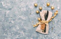 制表与礼物盒和假日装饰顶视图的设置 库存图片