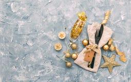 制表与礼物盒和假日装饰顶视图的设置 免版税库存图片