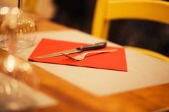 制表与餐巾,在明亮的红颜色的银器的设置 库存图片