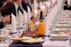 制表事件党或结婚宴会的餐具 免版税库存图片