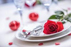 制表华伦泰的设置或与英国兰开斯特家族族徽的婚礼之日 两的浪漫桌设置与玫瑰镀杯子和利器 库存图片