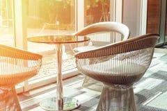 制表和三把咖啡时间的椅子现代样式 图库摄影