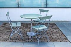 制表和在一个室外咖啡馆的三把椅子 免版税图库摄影