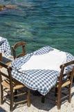 制表和街道克利特的希腊餐馆三把椅子  库存照片