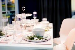 制表在白色颜色的设置,与绿色的装饰 事件党或婚礼的表设置 装饰以绿色和 库存图片