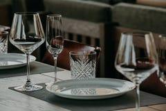 制表用餐的设置在一个高端婚礼 免版税库存照片