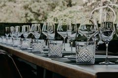 制表用餐的设置在一个高端婚礼 免版税库存图片