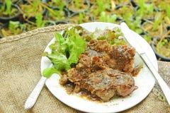 从制表的有机农场:黑胡椒猪肉牛排供食与 免版税库存照片