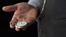 制表者在她的棕榈拔出在链子的一块古色古香的手表并且投入它 黑色背景 声音 影视素材