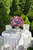 制表设置在豪华结婚宴会在庭院里 免版税库存图片
